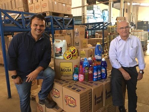 Daniel e Aguinaldo com alguns dos 410 produtos do catálogo Águia Industrial Química, empresa familiar que está há 21 anos no mercado
